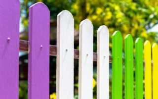 Как и какими составами окрашивают деревянный забор