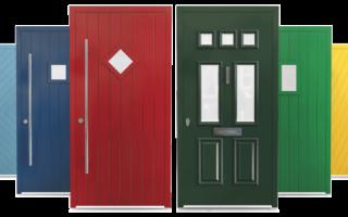 Покраска входных дверей: разновидности красящих составов и технология обработки