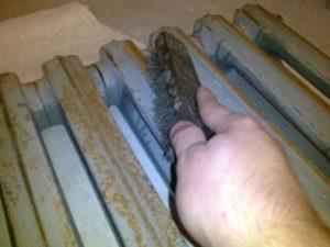 До покраски радиаторов чистят радиатор
