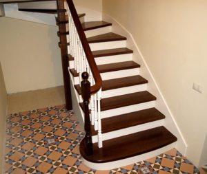 Покраска лестницы из дерева в доме