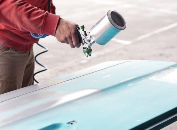 Покраска деталей автомобиля краскопультом.