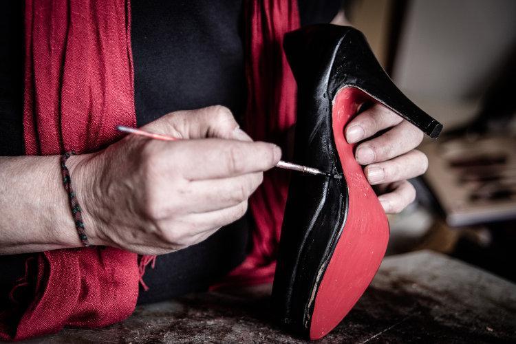 Чем покрасить подошву обуви в черный цвет