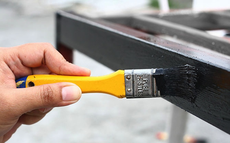 Нанесение акриловой краски на металлическую поверхность