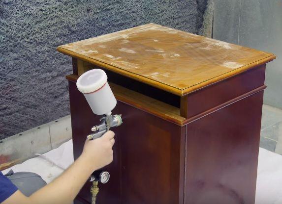 Нанесение лака на детали мебели
