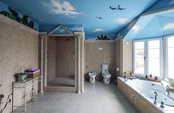 Крашеный потолок в ванной