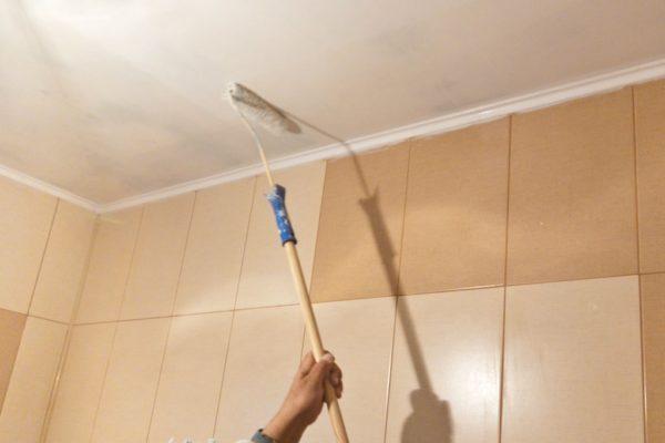 Наносим краску на подготовленный потолок