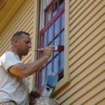 Защита окон из дерева: выбор лакокрасочного материала и технология покраски