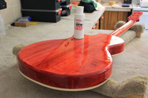 Покрытая лаком гитара