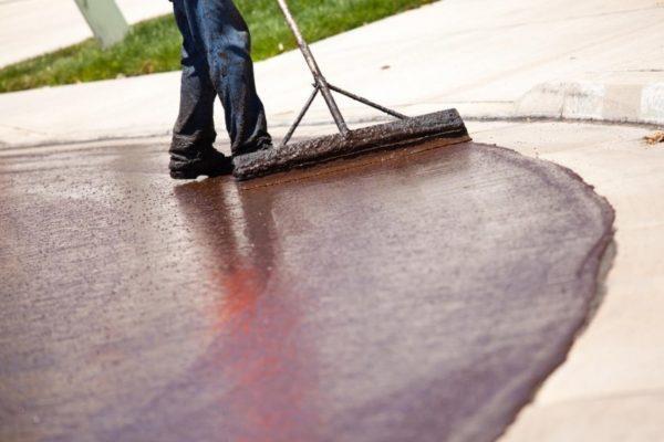 Процесс покраски бетонного покрытия