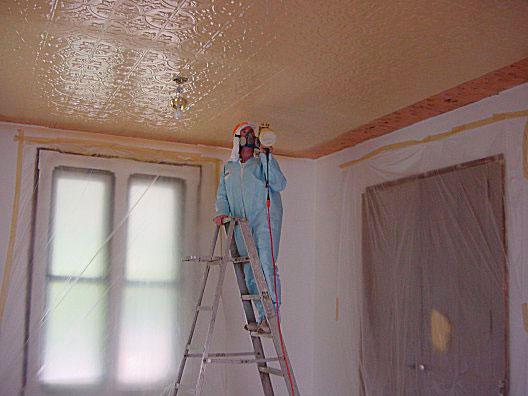 Процесс покраски потолка краскопультом