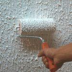 Процесс нанесения краски меховым валиком