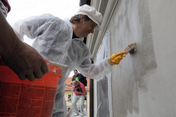 После удаления старого покрытия необходимо грунтовать поверхность