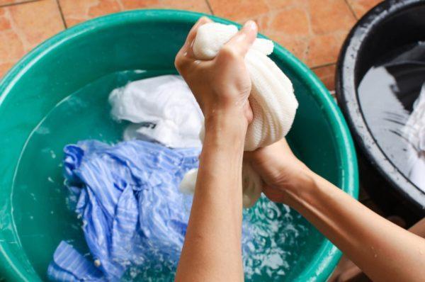Замачивание одежды в холодной воде