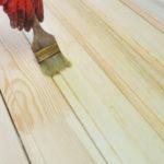 Процесс грунтовки древесины