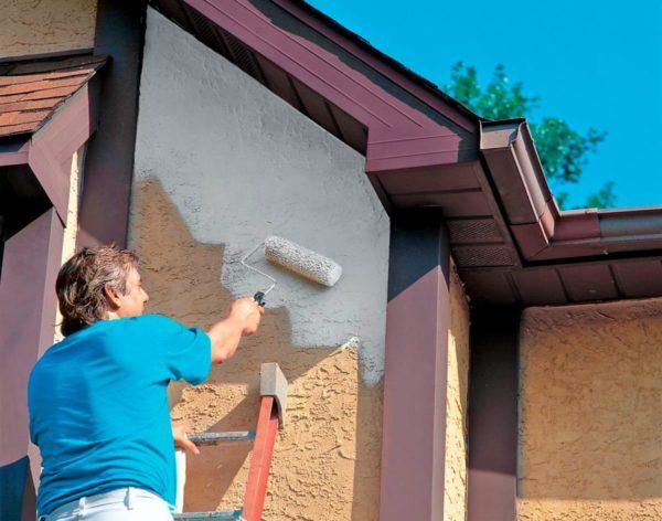 Процесс покраски фасада