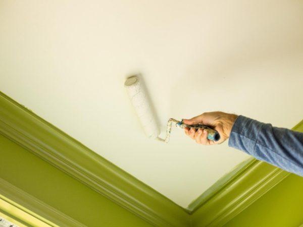 Процесс покраски потолка