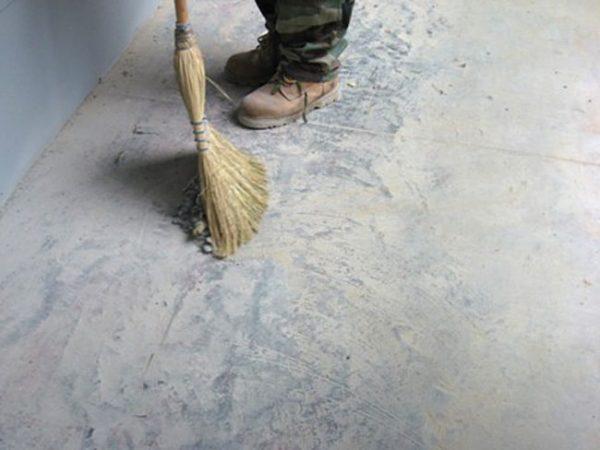 Главным недостатком бетонного пола является пыль
