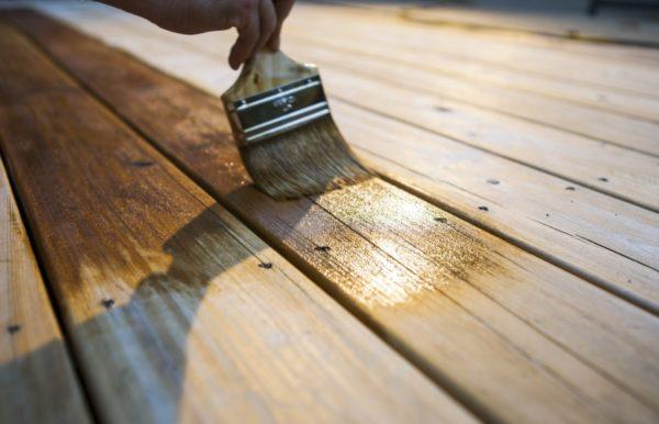 Процесс покраски деревянной поверхности