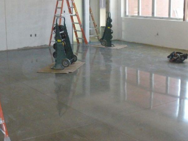 Лак для бетона: виды и преимущества составов
