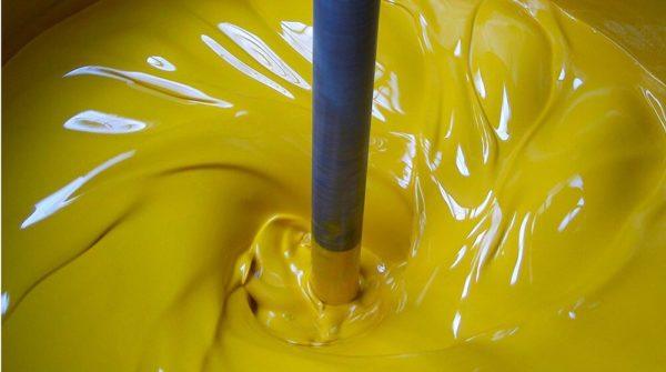 Процесс размешивания краски