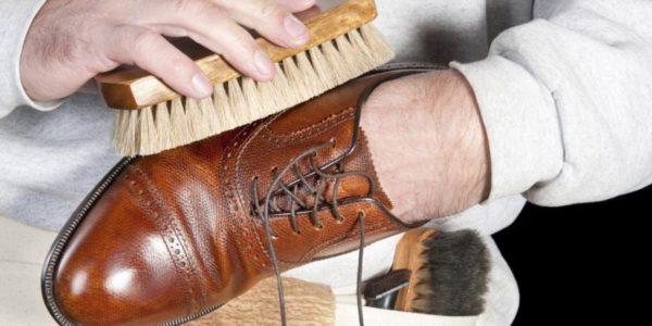 Перед покраской обувь необходимо очистить