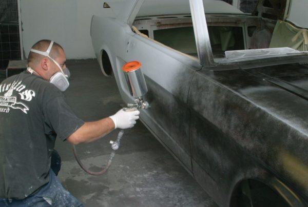 Процесс нанесения грунтовки на кузов