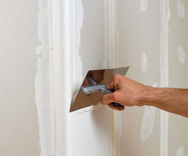 Перед покраской обязательно нужно выровнять стены