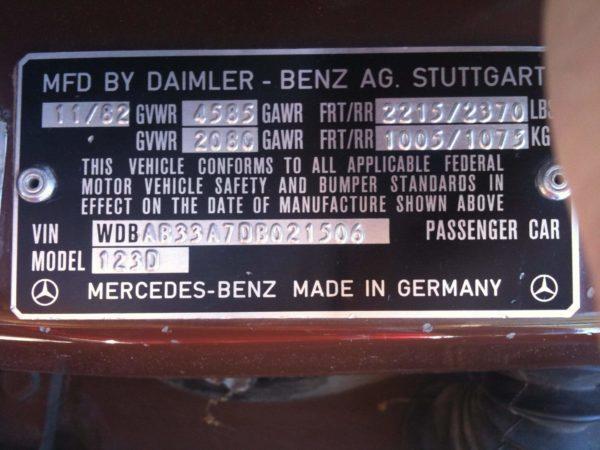 Пример шильдика VIN на Mercedes-Benz