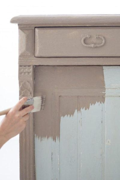 Процесс покраски шкафа