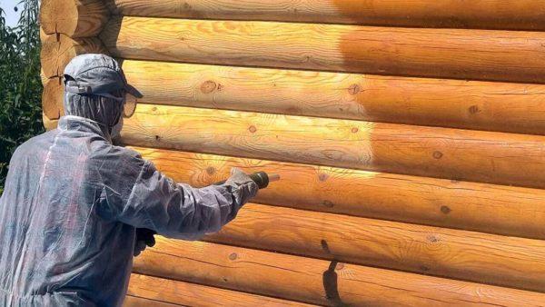 Процесс обработки древесины специальным средством