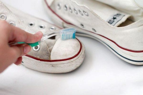 Перед покраской кеды необходимо вымыть