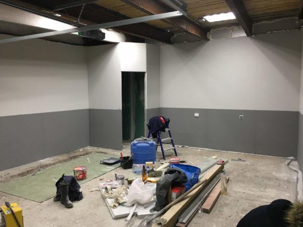 Процесс покраски стен гаража
