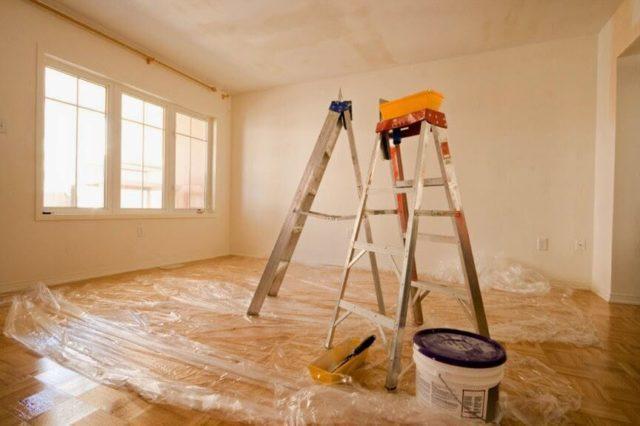 Для начала необходимо вынести мебель и застелить полиэтиленом пол